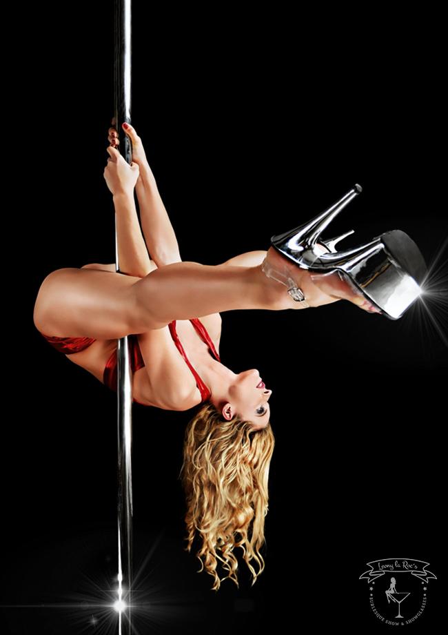 Eine erotische stilvolle Poledanceshow auf einer Herrensitzung.