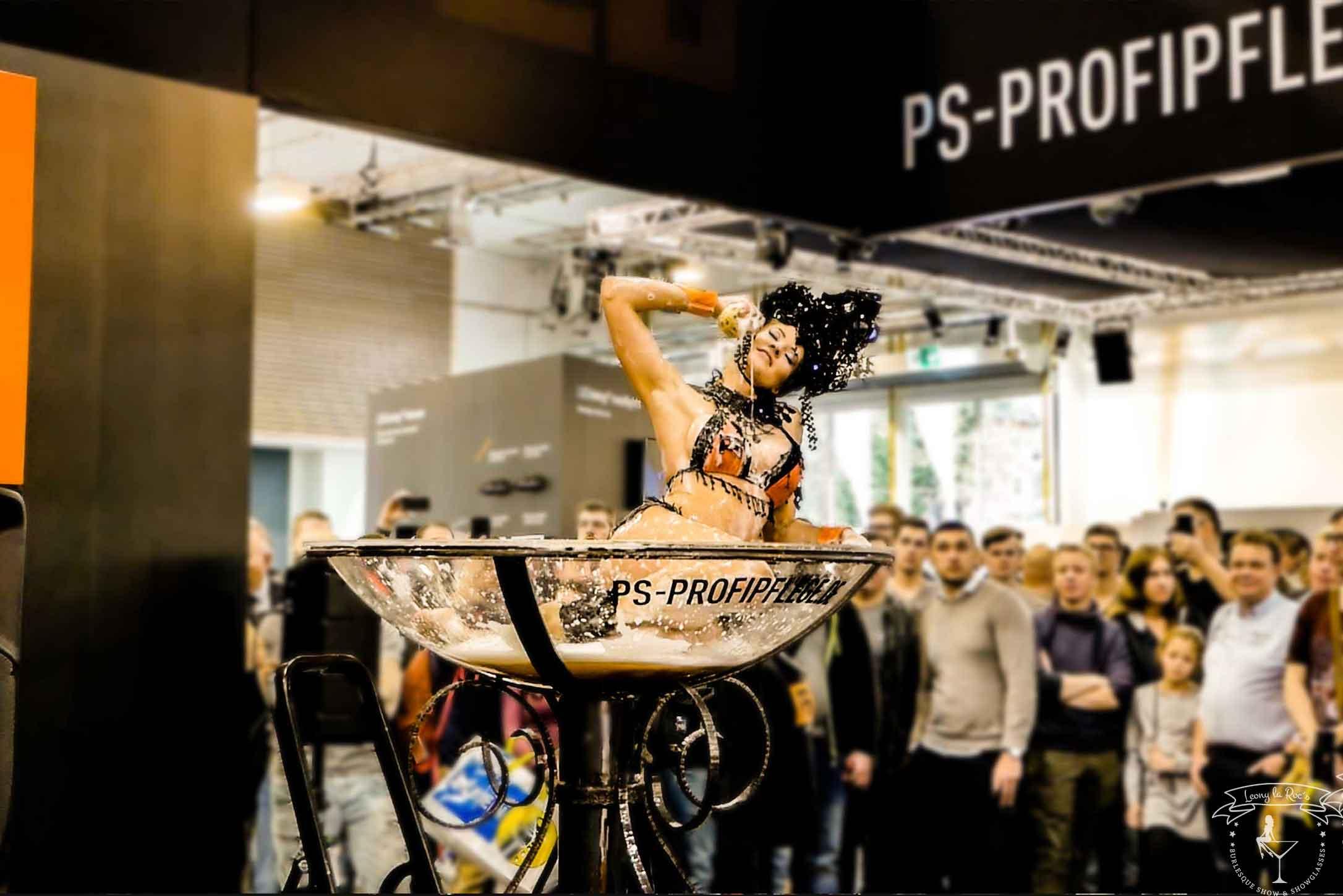 Leony la Roc mit Showglas auf der Tuning World Bodensee 2018.