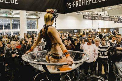 Noch nie zuvor da gewesen. Eine Champagnerglasshow auf der Essener Motorshow mit Leonie laroc.