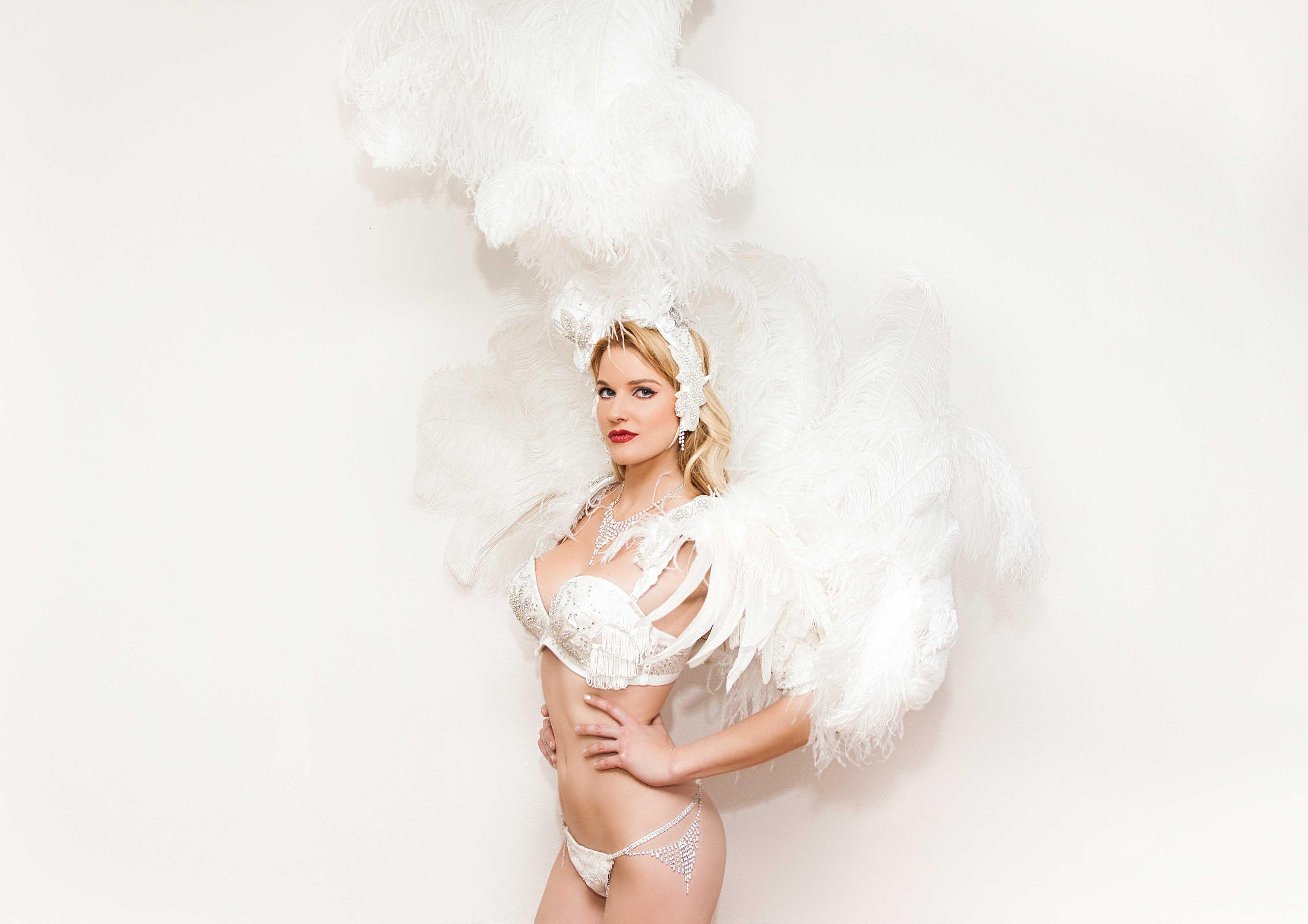 Wie bei der Victoria Secret Show trägt Leony la Roc pompöse Rückengestelle mit wunderschönen Dessous.