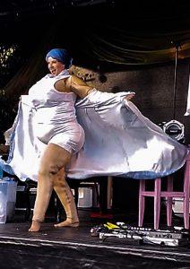 Fette Dame die strippt aber schlank ist - Scherz.
