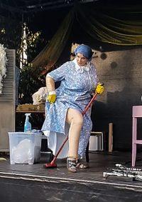 Eine Dicke Putzfrau Stripshow mit Happy End.