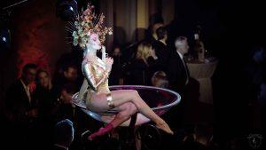 Ganz in Gold im Goldfinger Kostüm Leonylaroc im Champagnerglas